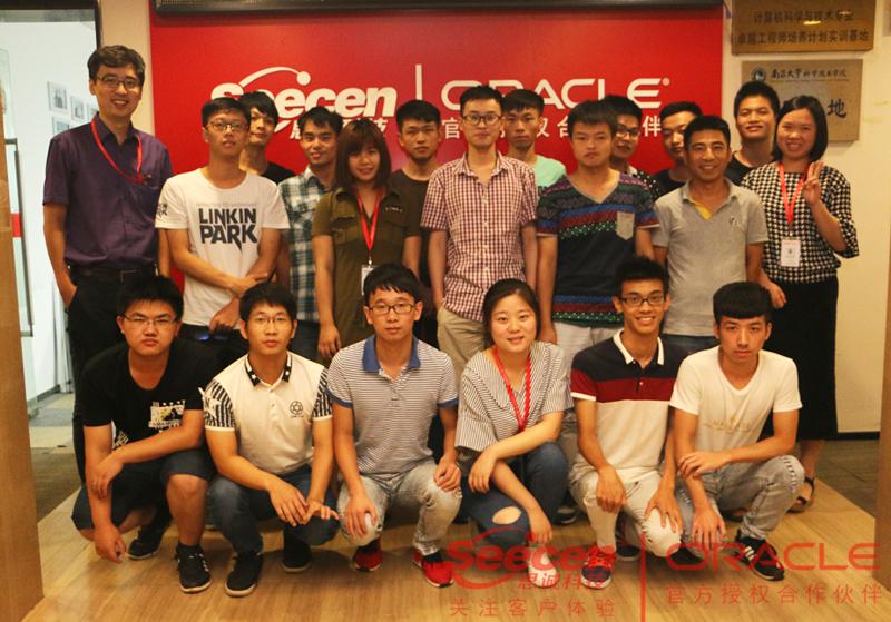 南昌大学朱老师来一次思诚科技,在这里参加实训的南大学生们扎堆合影,人气好旺!