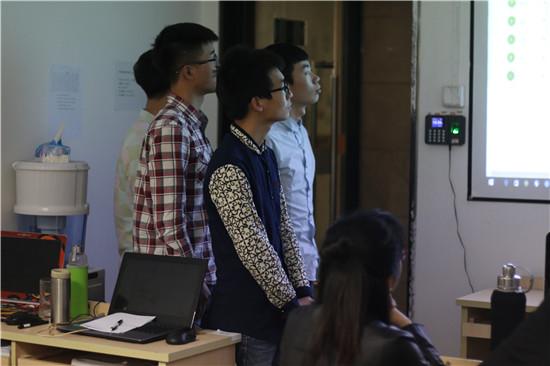 第三项目小组其他成员在一旁候场,听着组长讲述,也陷入开发过程的追忆